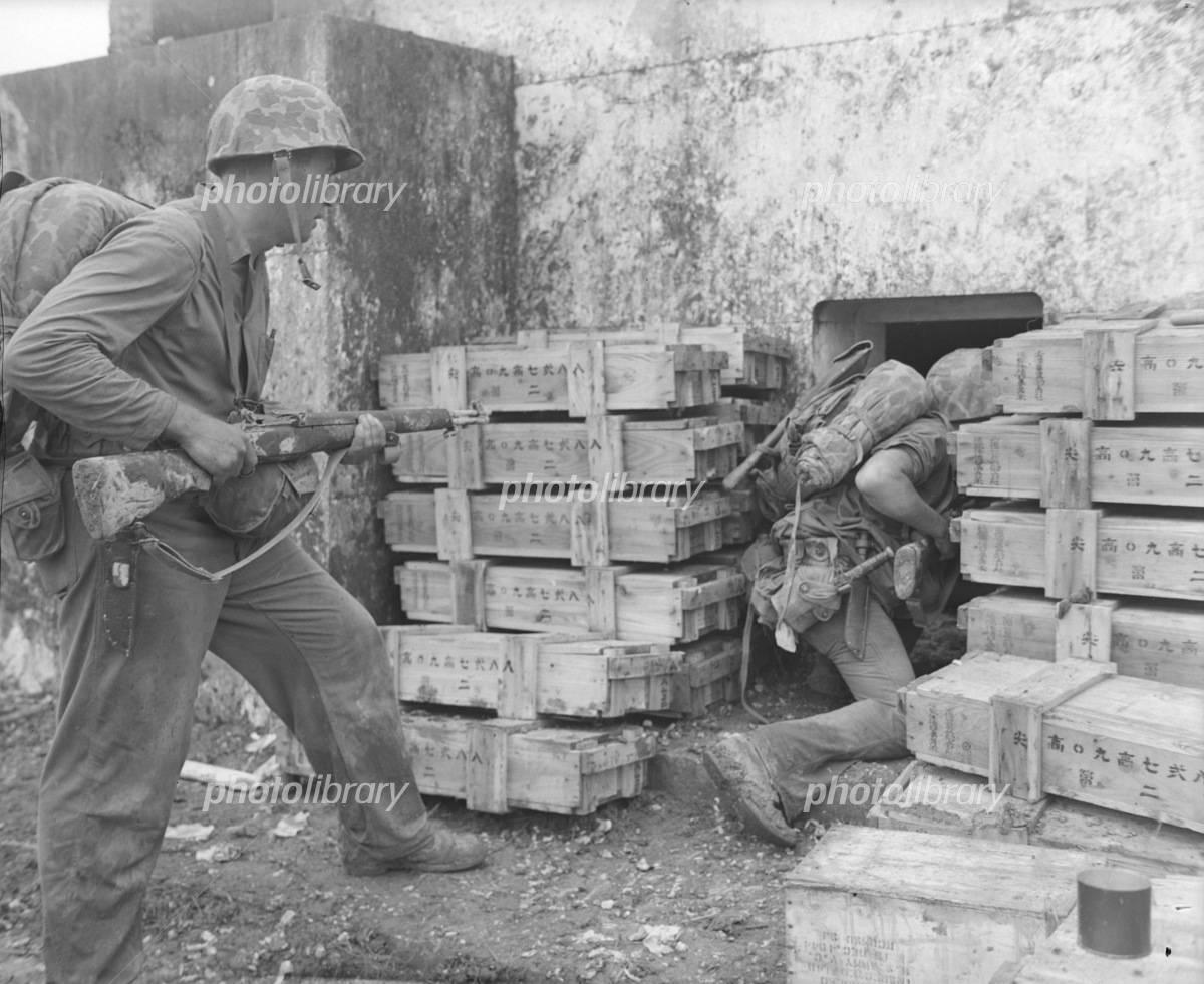 沖縄戦:墓に近づく米兵士-写真素材 沖縄戦:墓に近づく米兵士 画像ID 1212339  沖縄戦