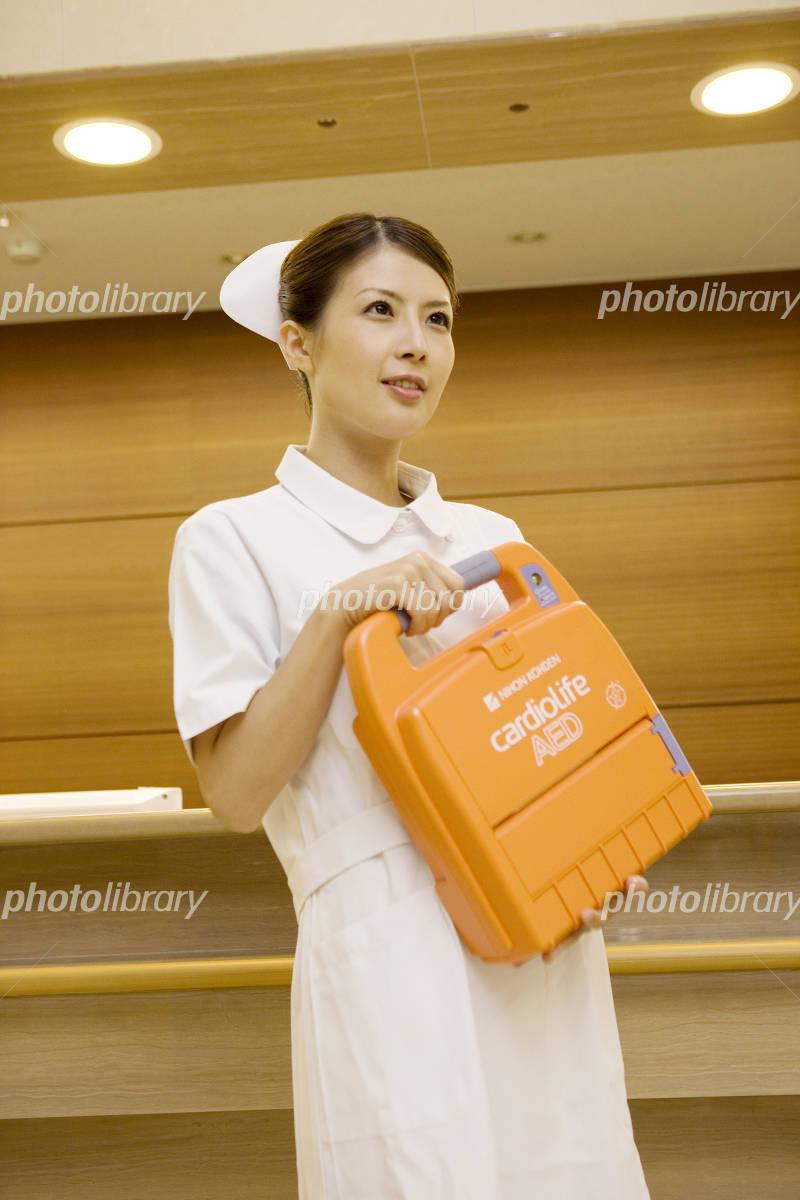 除細動器を運ぶ看護師-写真素材 除細動器を運ぶ看護師 画像ID 937465  除細動器を運ぶ看