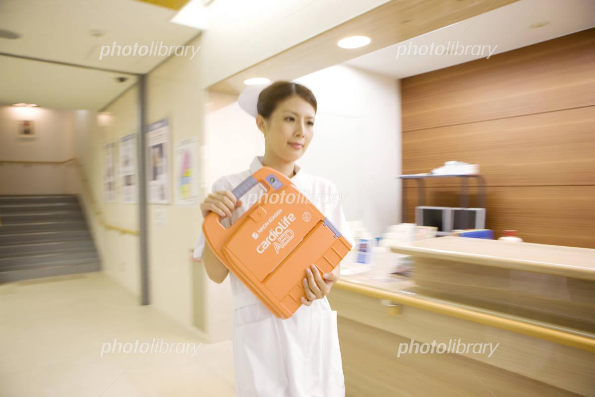 除細動器を運ぶ看護師-写真素材 除細動器を運ぶ看護師 画像ID 937471  除細動器を運ぶ看