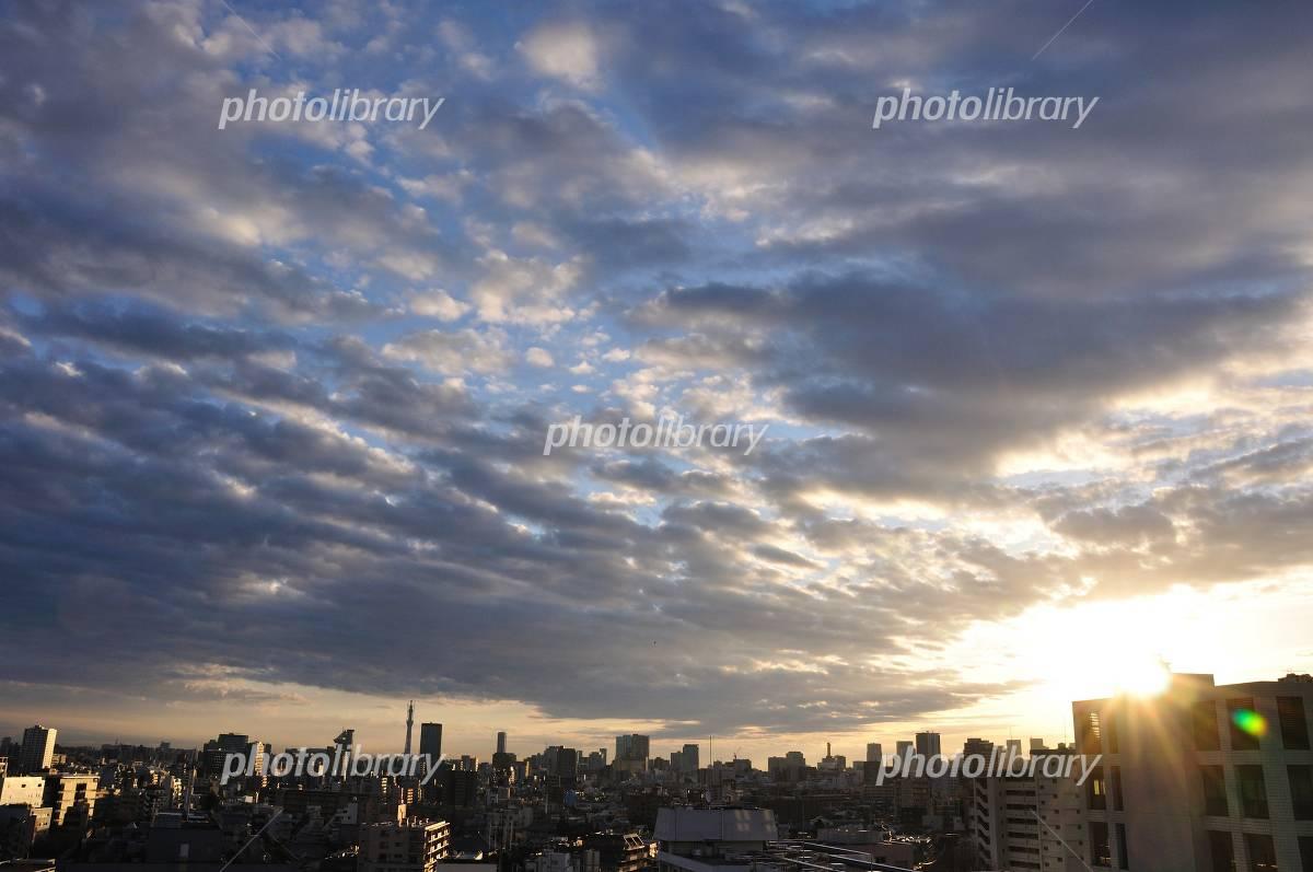雲間から朝日差し込む東京の空-写真素材 雲間から朝日差し込む東京の空 画像ID 1253362
