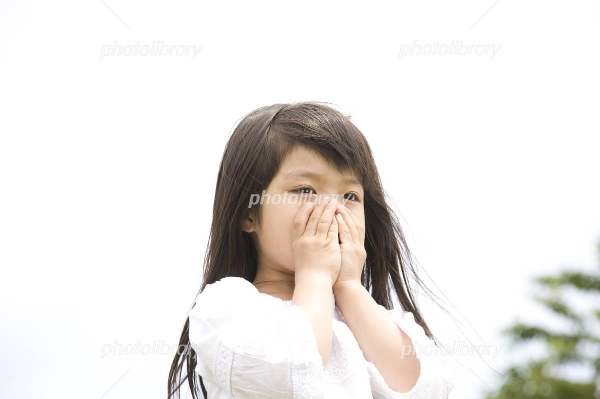 口を手で覆う女の子 写真素材 [ ...