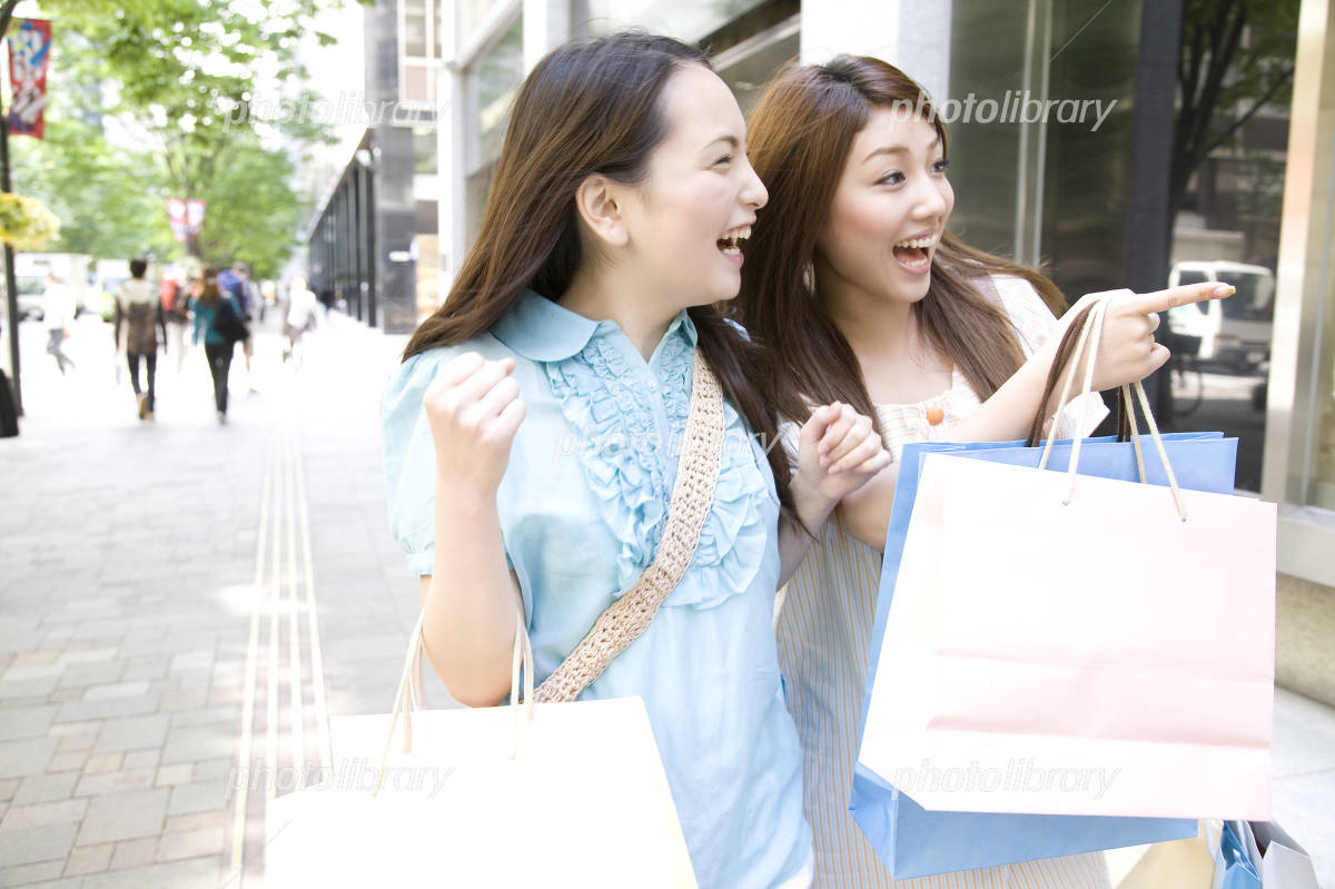 2 women of that shopping in the city Photo