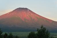 山中湖から仰ぐ赤富士