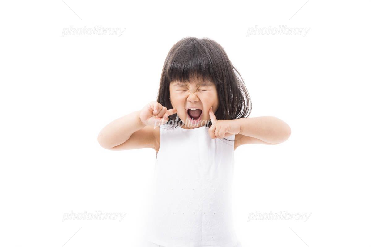 目をつぶって叫ぶ女の子 写真素材 4126264 フォトライブ