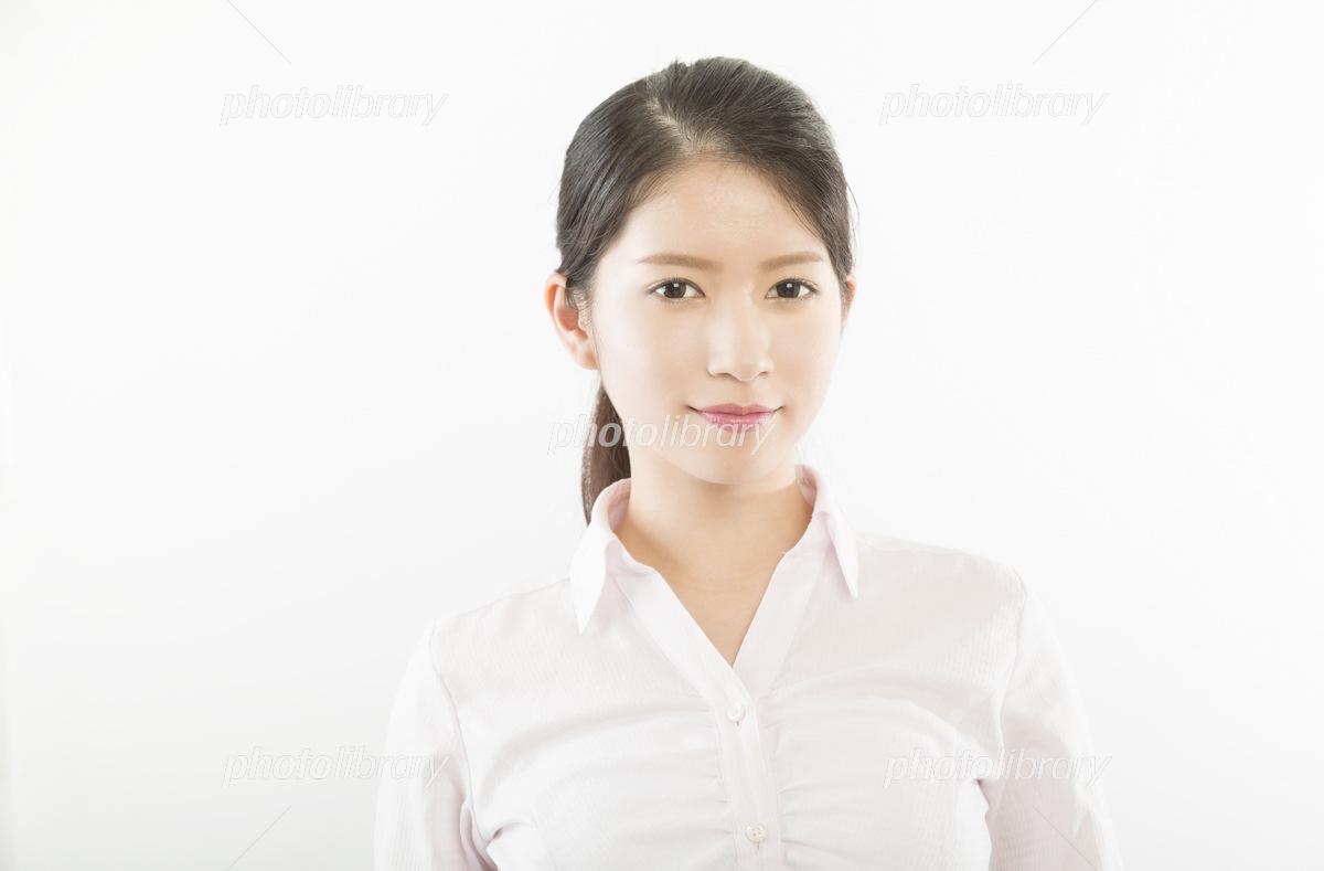 女性ポートレート 白シャツ 屋内...