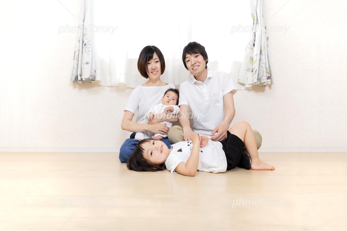 新生児と娘の居る 床に座る笑顔の幸せ4人家族 幸せ 健康 愛情 団欒 ...