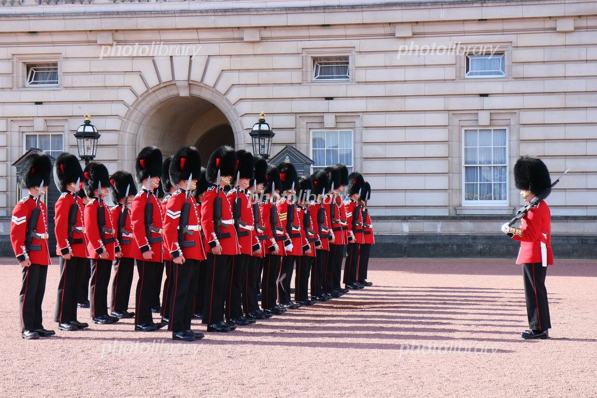 バッキンガム宮殿の衛兵交代式 写真素材 [ 5764195 ] - フォトライブ ...