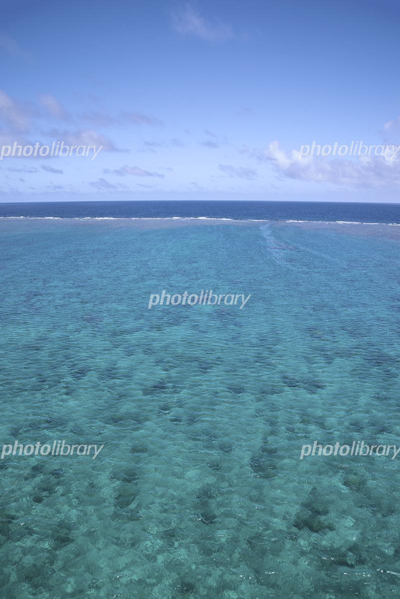 宮古島と来間島をつなぐ来間大橋から見たサンゴ礁の海の風景 写真素材