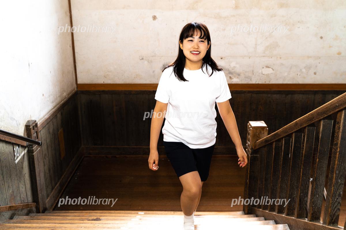 階段を歩く体操服姿の女子高生 写真素材 [ 6384546 ] - フォトライブ ...