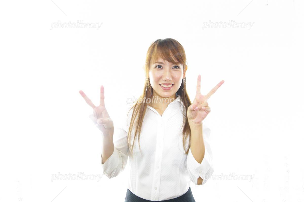 Vサインをしている笑顔のOL-写真素材 Vサインをしている笑顔のOL 画像ID 949882