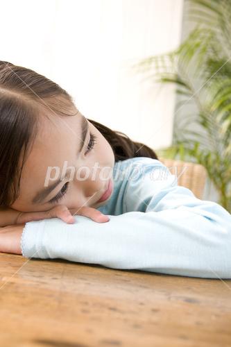 机に伏せる女の子 写真素材 2412233 フォトライブラリー Photolibrary