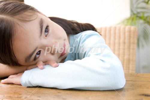 机に伏せる女の子 写真素材 2412234 フォトライブラリー Photolibrary