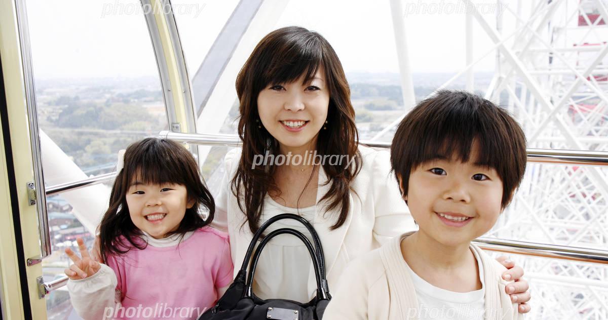 Parent and child to ride Ferris wheel Photo