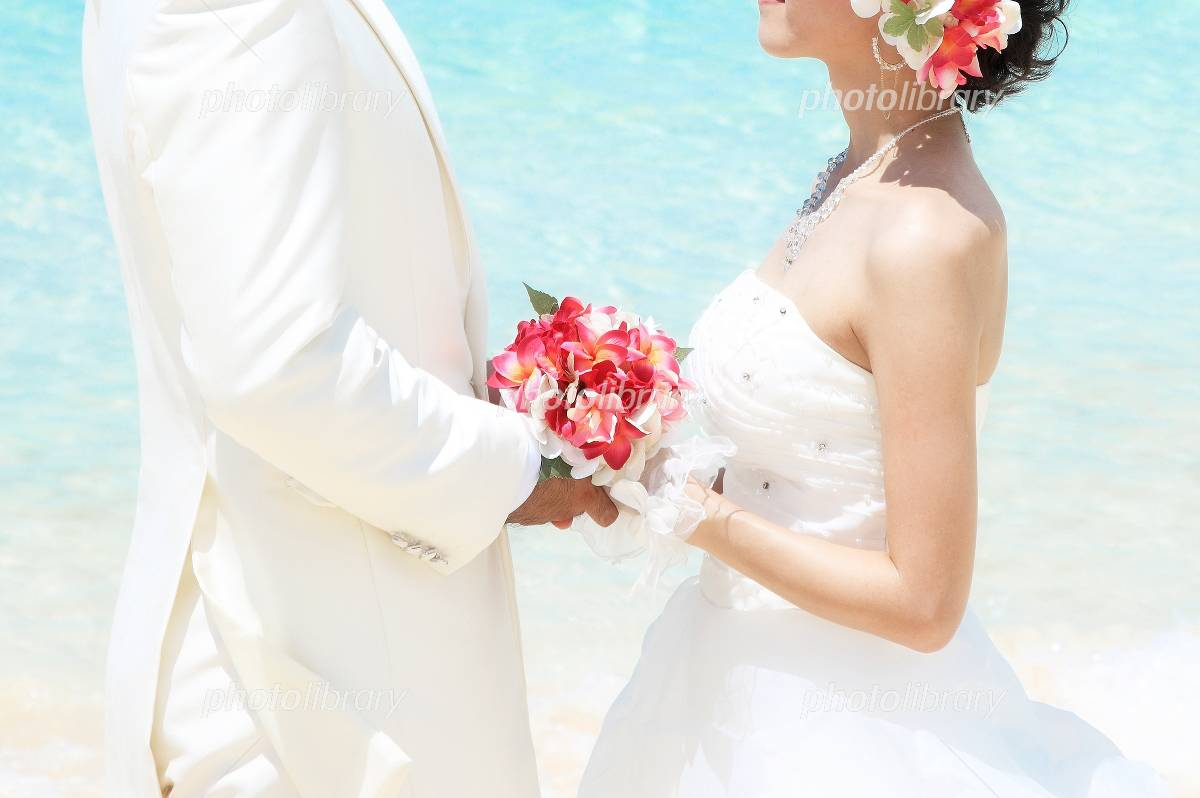 Futari with a bouquet at the resort wedding Photo