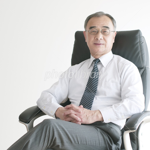椅子に座り微笑むビジネスマン 写真素材 [ 3973618 ] , フォト