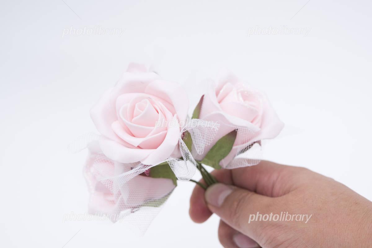 バラの造花を持つ手 写真素材 フォトライブラリー Photolibrary