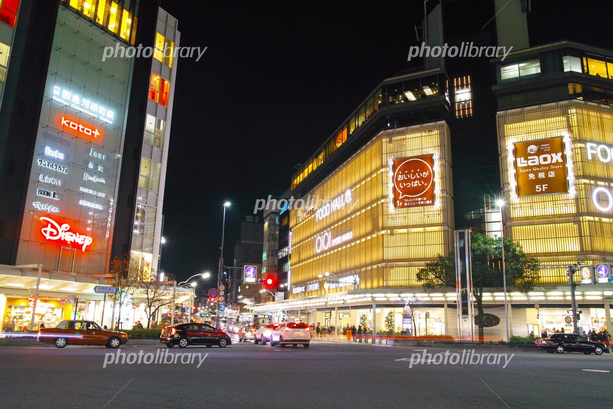 夜の四条河原町交差点 写真素材 [ 5437139 ] - フォトライブラリー ...
