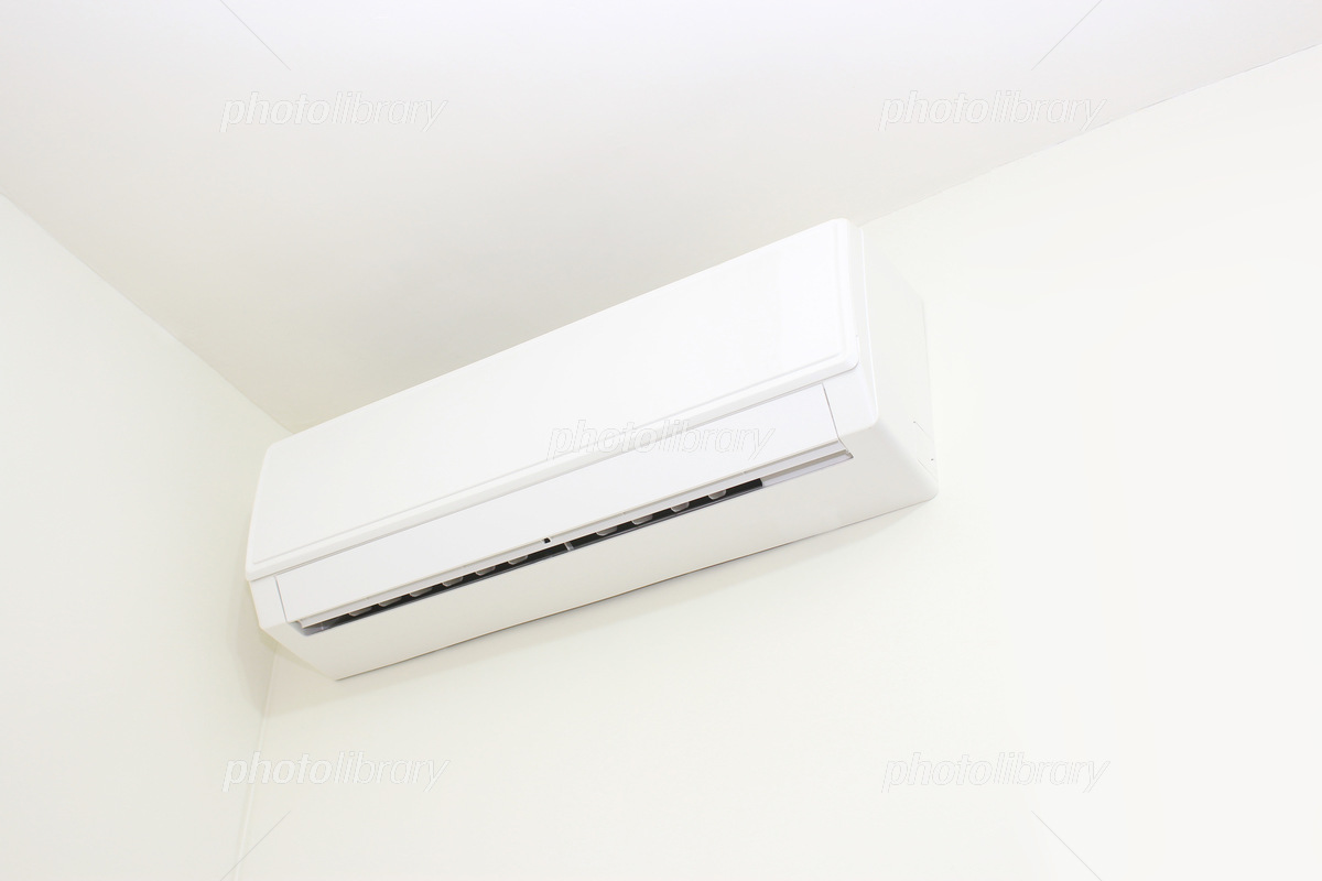 室内の白いエアコン White air conditioner in a room