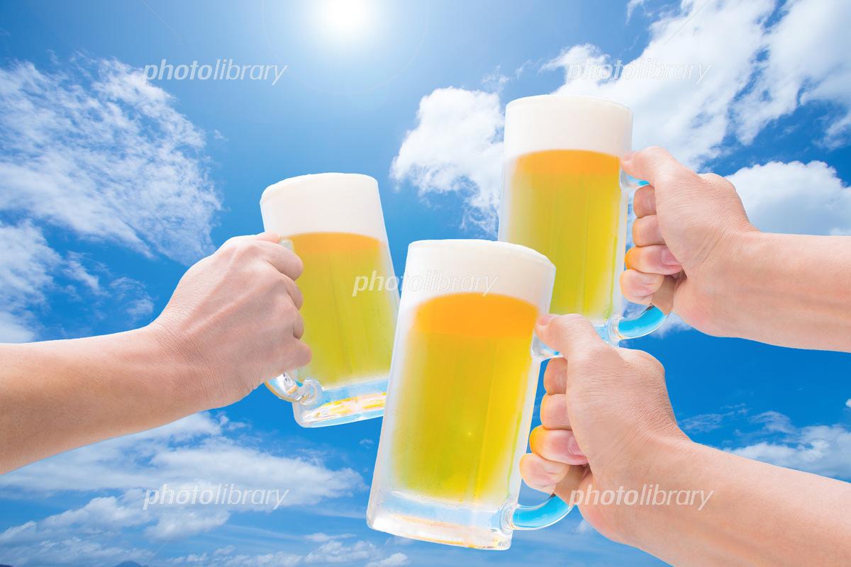青空のもと生ビールで乾杯 写真素材 [ 5653201 ] - フォトライブラリー ...