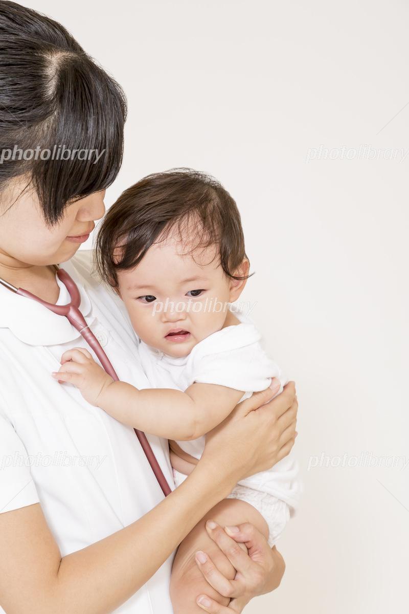 泣く赤ちゃんを抱き世話をする白衣の看護師 写真素材 フォトライブラリー Photolibrary
