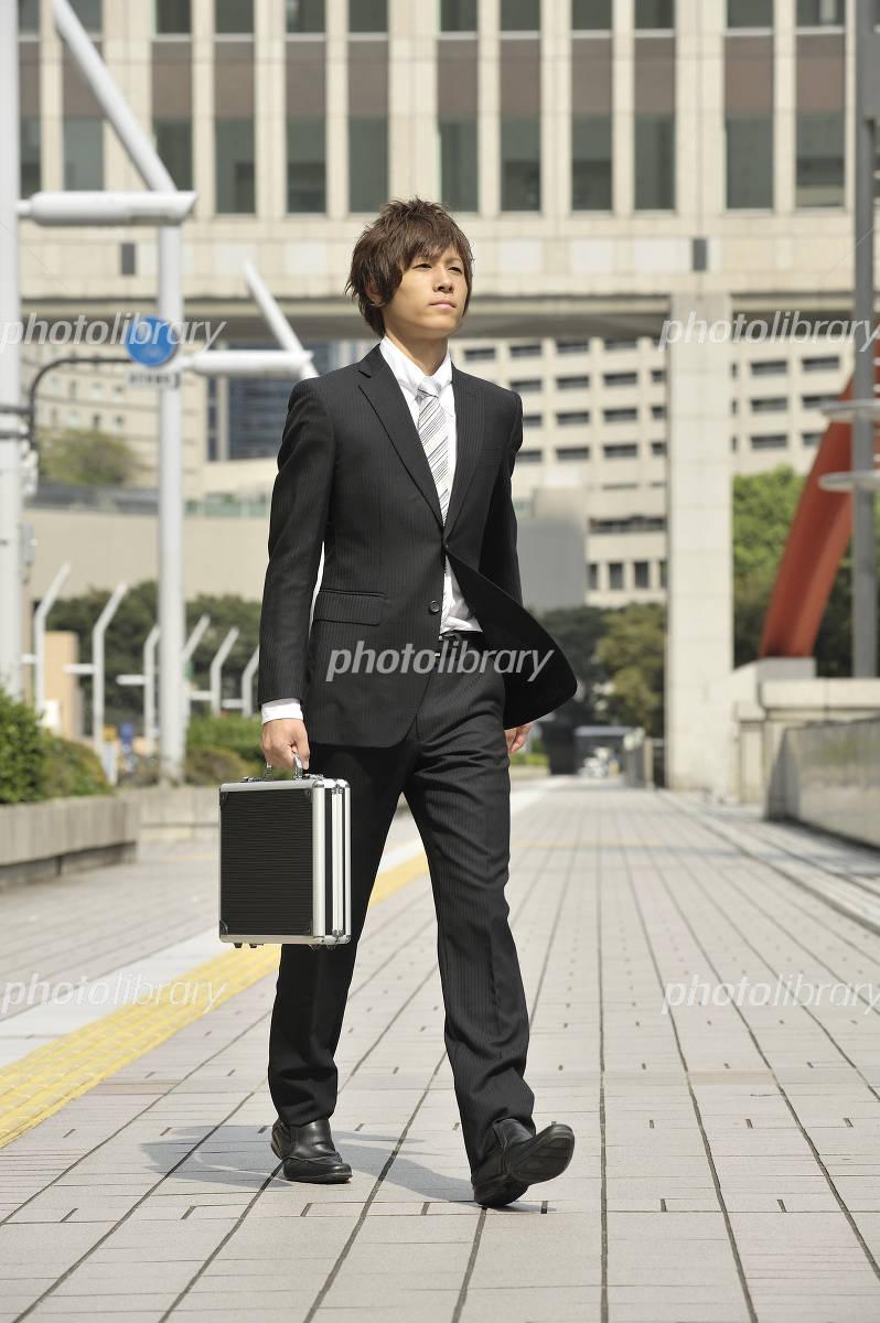 歩くサラリーマン 写真素材 [ 638436 ] - フォトライブラリー photolibrary