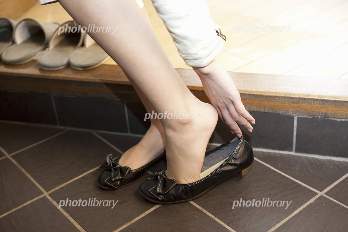 靴を履く女性 写真素材