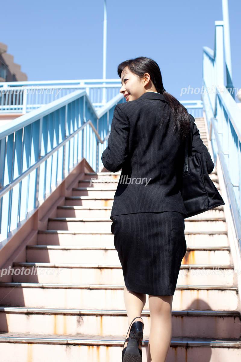 階段を上る女性 写真素材 [ 1285...