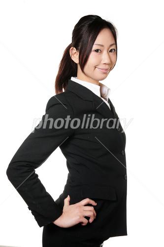 腰に手を当てるスーツの女性 写真素材 1288217 フォトライブラリー