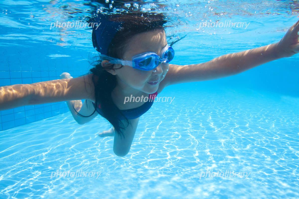 水中を泳ぐ水着姿の女の子 写真素材 [ 2414948 ] - フォトライブラリー ...