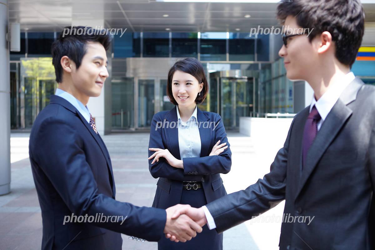 Businessmen shaking hands Photo