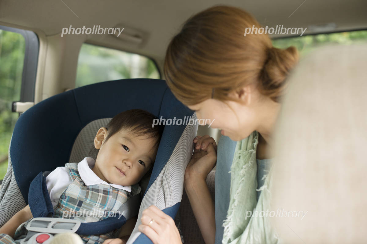 Mother to talk to children riding in child seat Photo