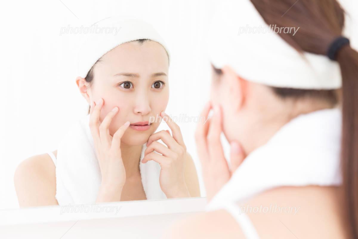 Women look in the mirror Photo
