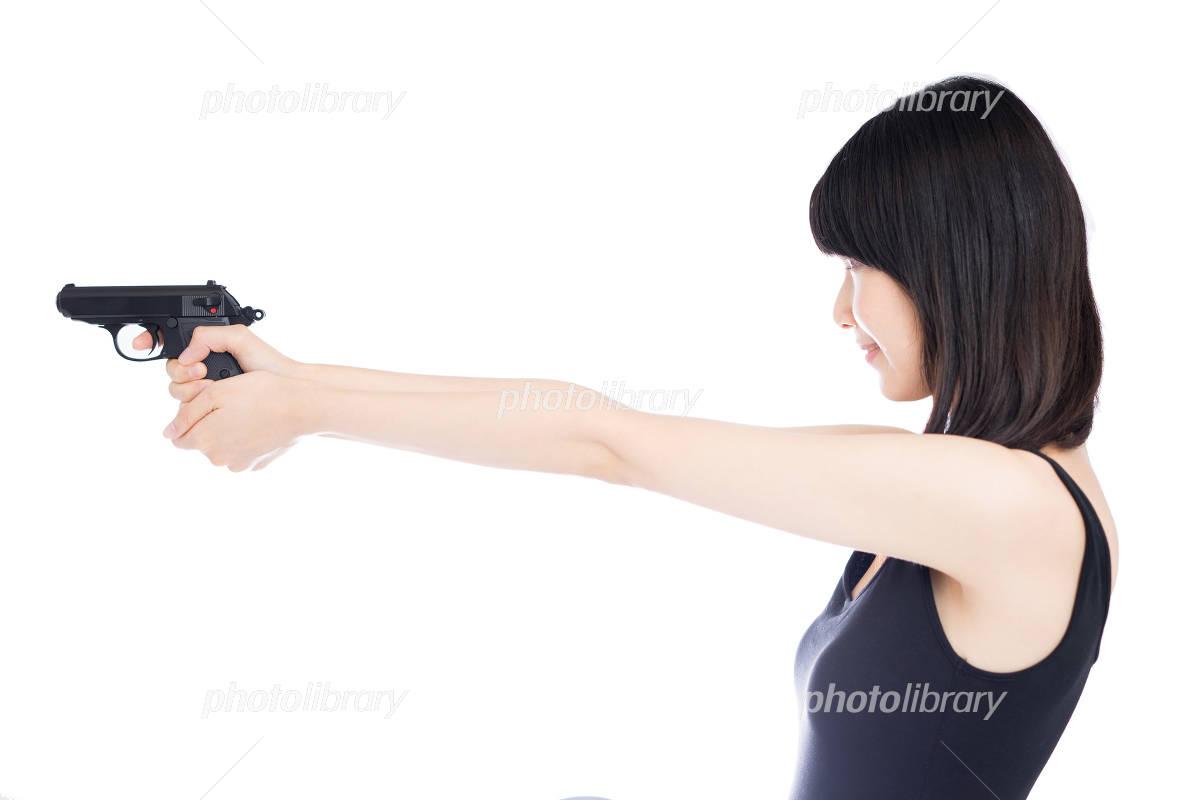 拳銃を構える女性 写真素材 4293898 フォトライブラリー