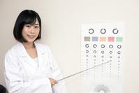 写真 A lady lady pointing to the eyesight test chart(5117114)