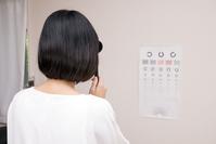 写真 A woman with visual acuity test(5117124)