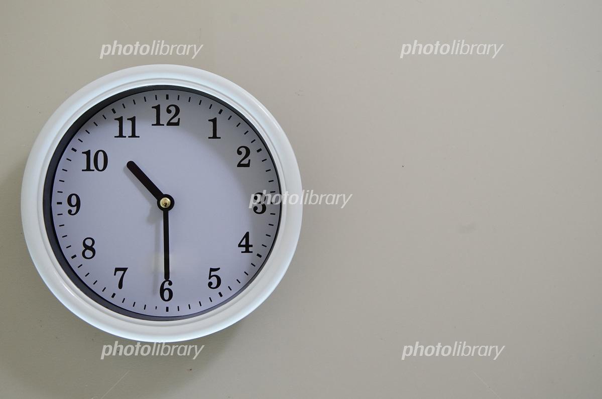 掛け時計の時間が10時30分 写真...