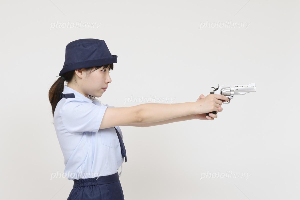 銃を構えるミニスカポリス 写真素材 5388643 フォトライブラリー