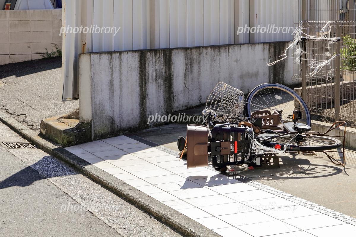 倒れた自転車 写真素材 5752536 フォトライブラリー