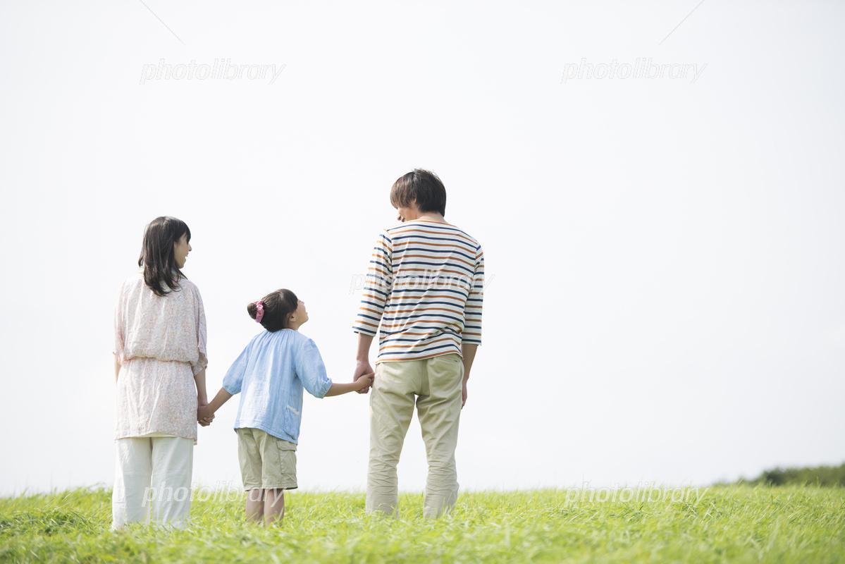草原で手をつなぐ家族の後姿 写真素材 [ 5916965 ] - フォトライブラリー photolibrary