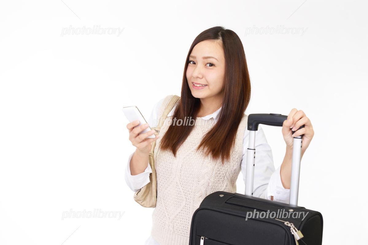 旅行鞄を持つ笑顔の女性 写真素材 6237074 フォトライブラリー