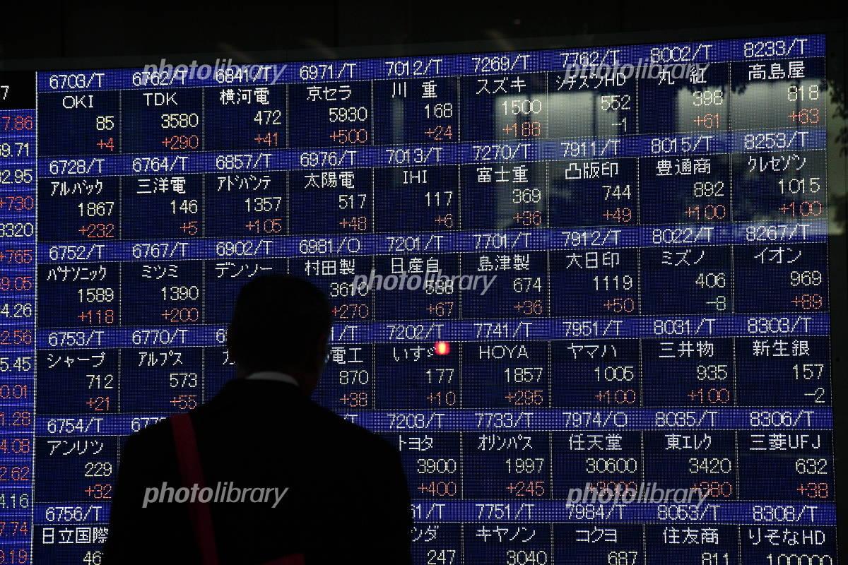 株価ボードを見る男性 写真素材 371134 フォトライブラリー