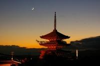 京都の新旧の塔と三日月