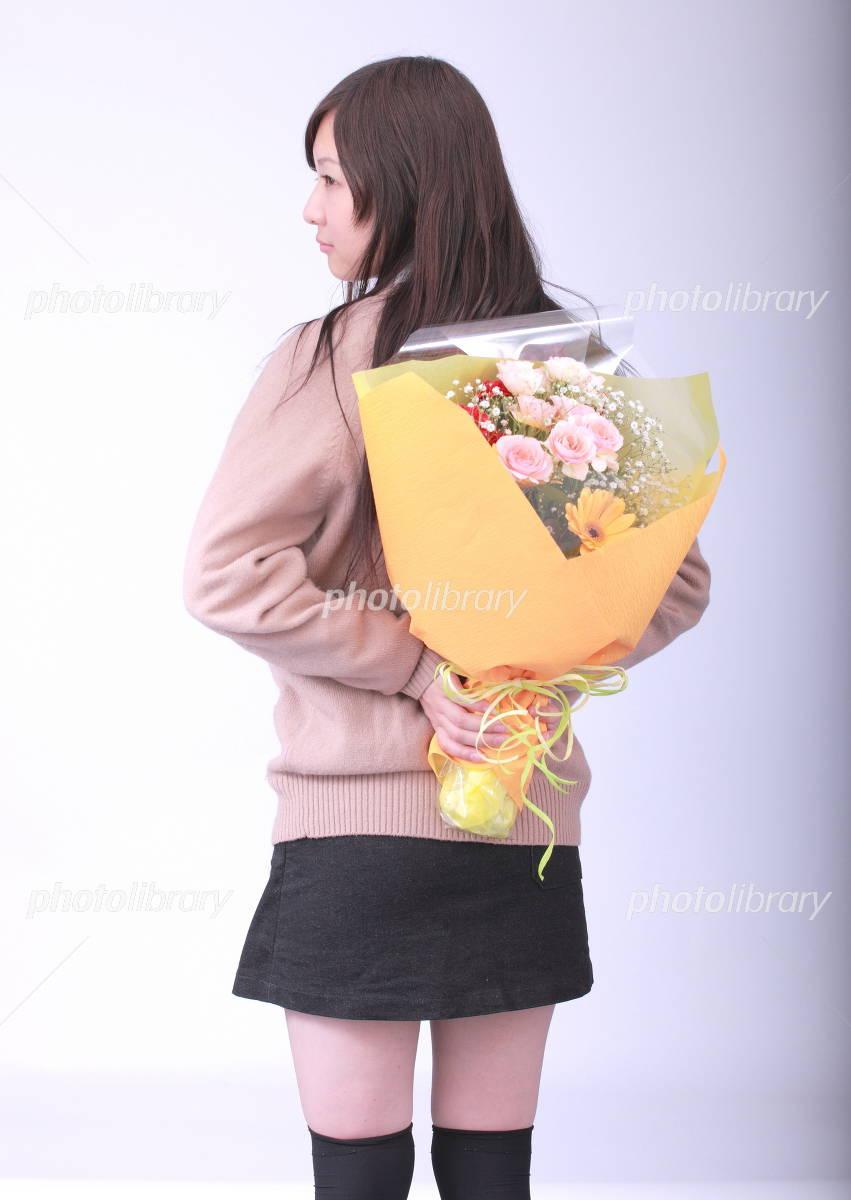 花束を後手に持つ少女 写真素材 ...