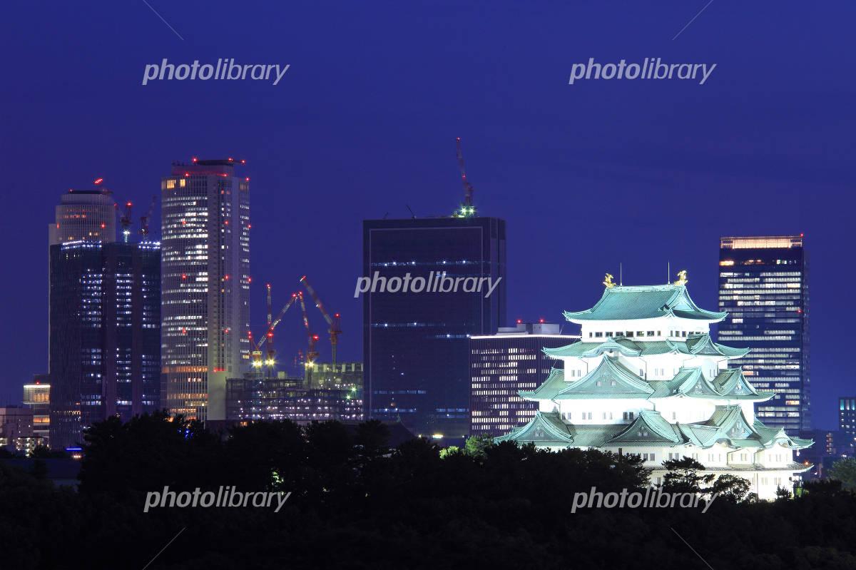 5月愛知 名古屋城と名駅周辺の高層ビル群の夜景 写真素材 ...