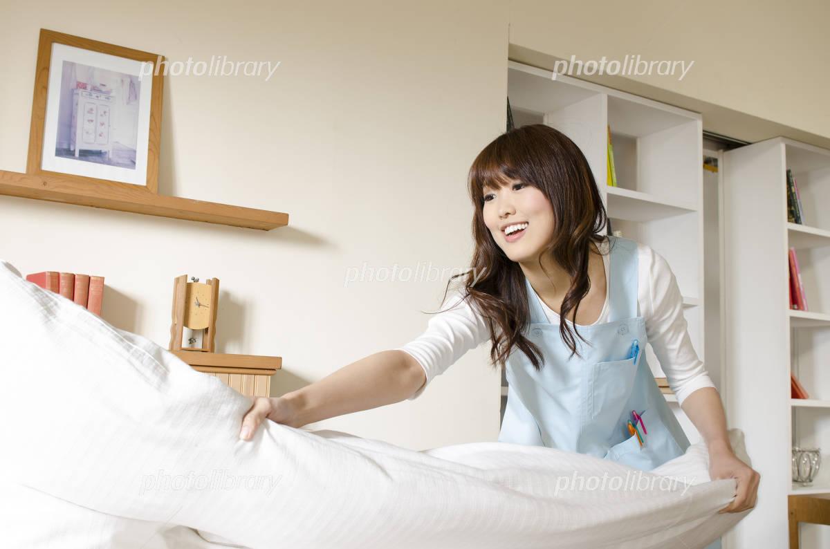 Women who prepare the bed of futon Photo