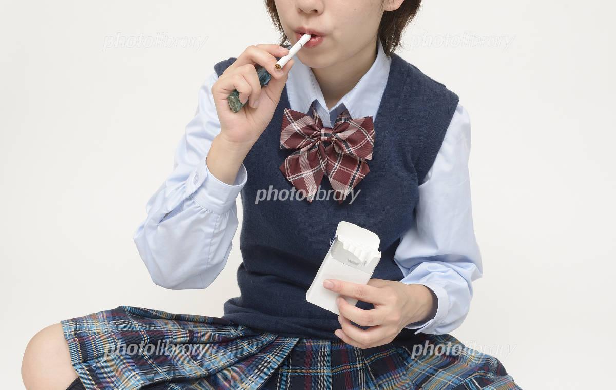 タバコを吸う女子高校生 写真素...