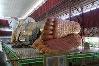 ミャンマーのチャウタッジー・パゴダの寝仏