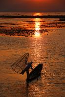 ミャンマーのインレー湖の夕焼けとインダー族