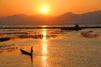ミャンマーのインレー湖の夕日とインダー族