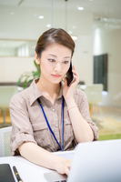 Company employee to do the job in a serious look (women, telephone, personal computer) Earnest